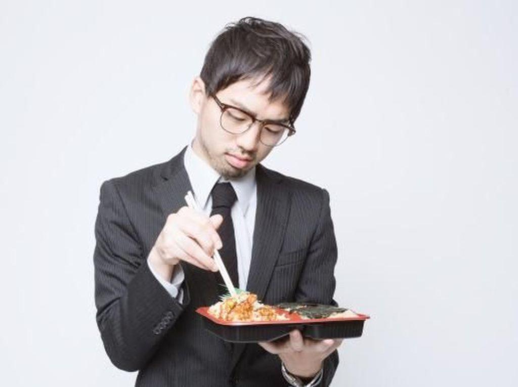 Keluar Kantor Beli Makan, Karyawan Ini Disuruh Minta Maaf di TV