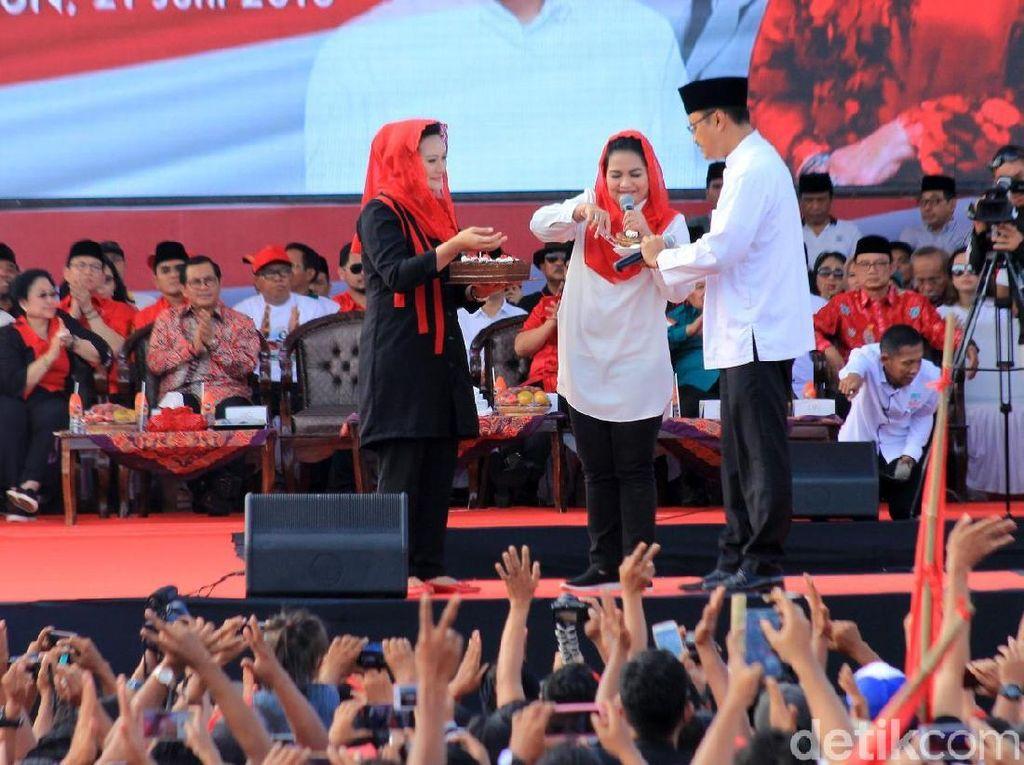 Selamat Ultah Jokowi Bergemuruh di Kampanye Akbar Gus Ipul-Puti
