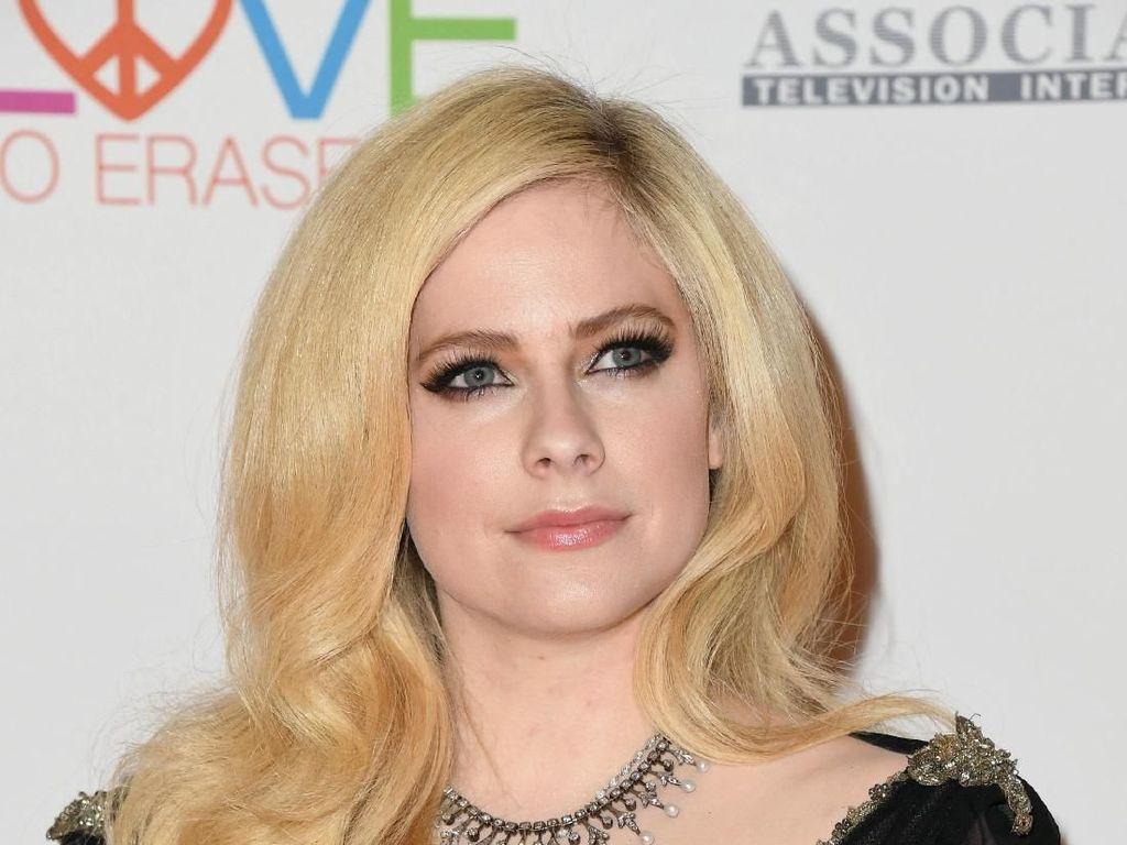 Menanti Momen Comeback Avril Lavigne di Lagu Head Above Water