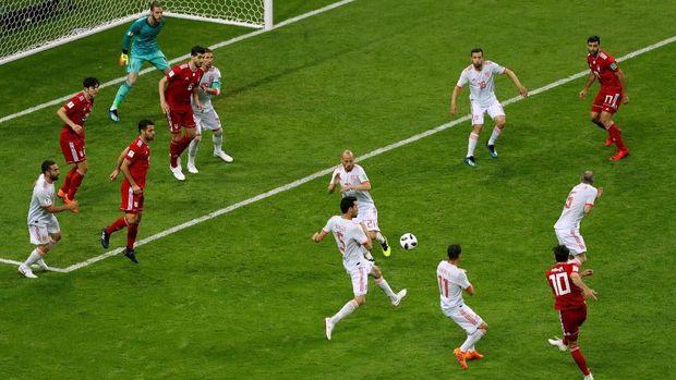 Tendangan Karim Ansarifard nyaris membobol gawang timnas Spanyol. (