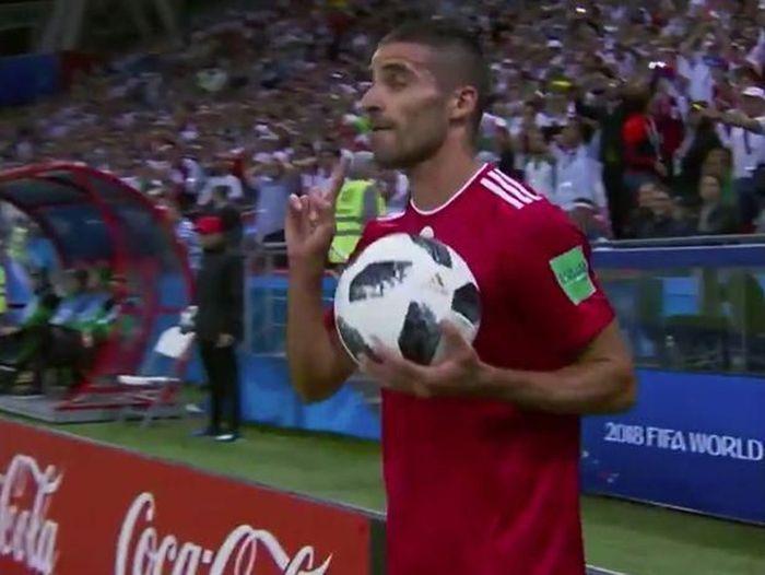 Milad Mohammadi melakukan lemparan ke dalam yang tak biasa di laga Iran vs Spanyol pada Piala Dunia 2018 (ist.)