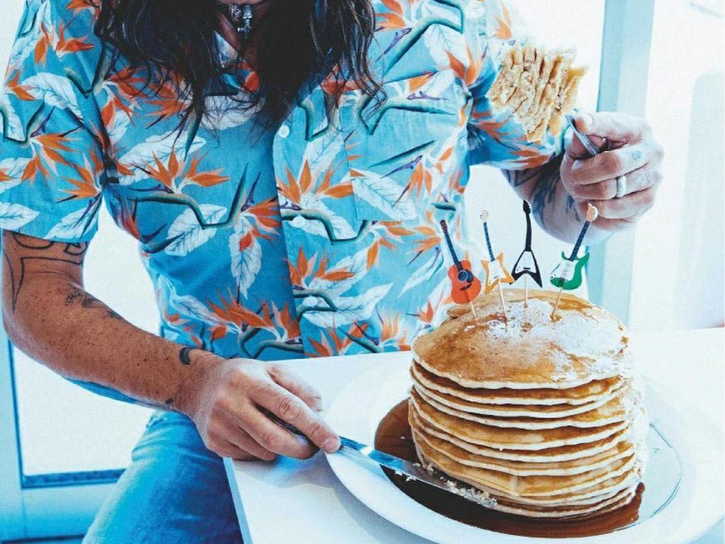 Begini Keceriaan Dave Grohl Saat Makan Pancake hingga Ngopi