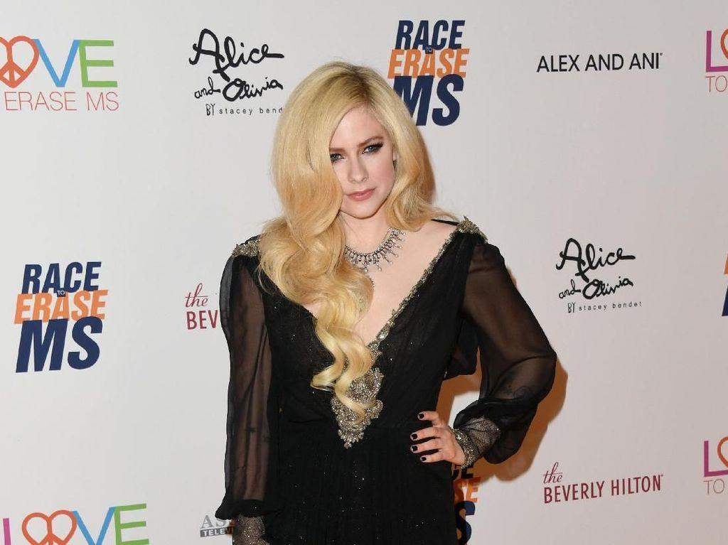 Avril Lavigne Rilis We Are Warriors untuk Pahlawan Medis Corona