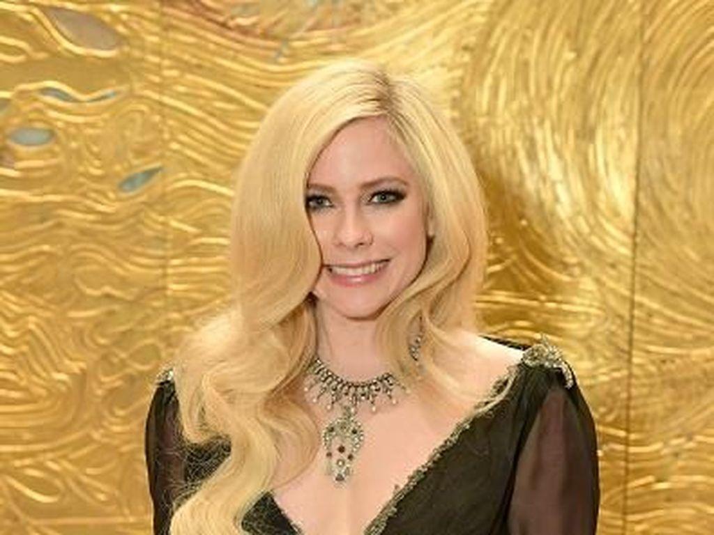 Kata Avril Lavigne soal Teori Konspirasi Dirinya Kloningan