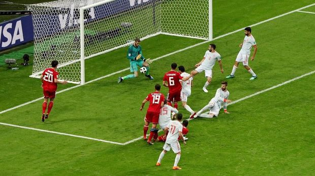 Gol gelandang Iran Saeid Ezzatollahi ke gawang David De Gea dianulir wasit. (