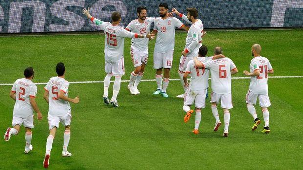 Para pemain Spanyol merayakan gol yang diciptakan Diego Costa. (