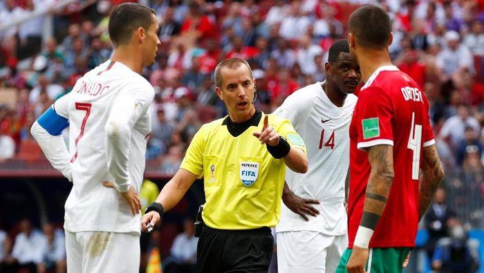 Mark Geiger dituduh meminta kaus Cristiano Ronaldo (Foto: Axel Schmidt/Reuters)