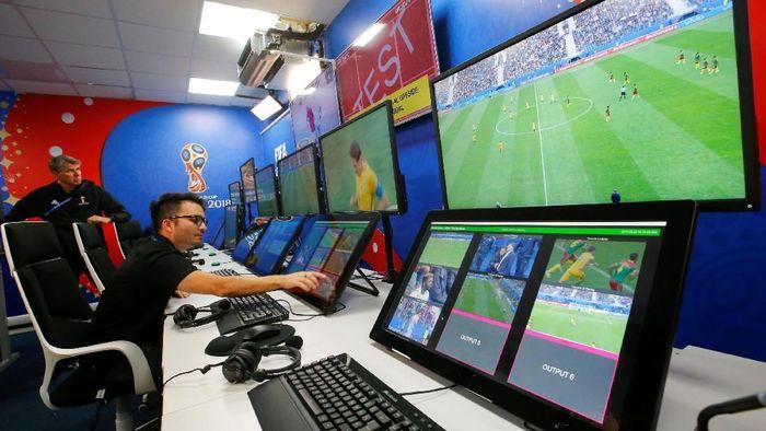 Video Assistant Referee (VAR) untuk pertama kalinya dipakai di Piala Dunia.Ada 455 insiden yang dicek VAR dan 20 yang mendapat tinjauan. (Foto: Sergei Karpukhin/Reuters)