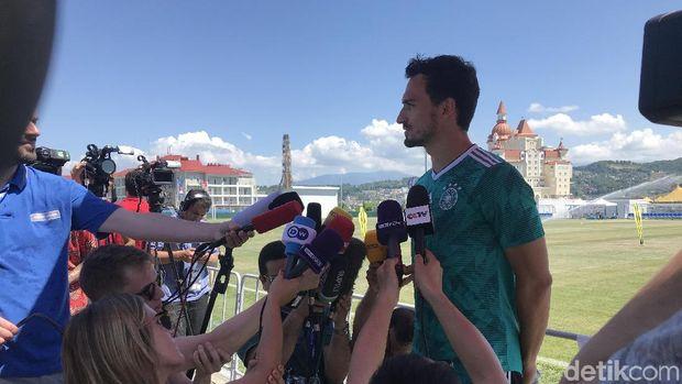 Mats Hummels saat dikerumuni media sebelum latihan dengan timnas Jerman.