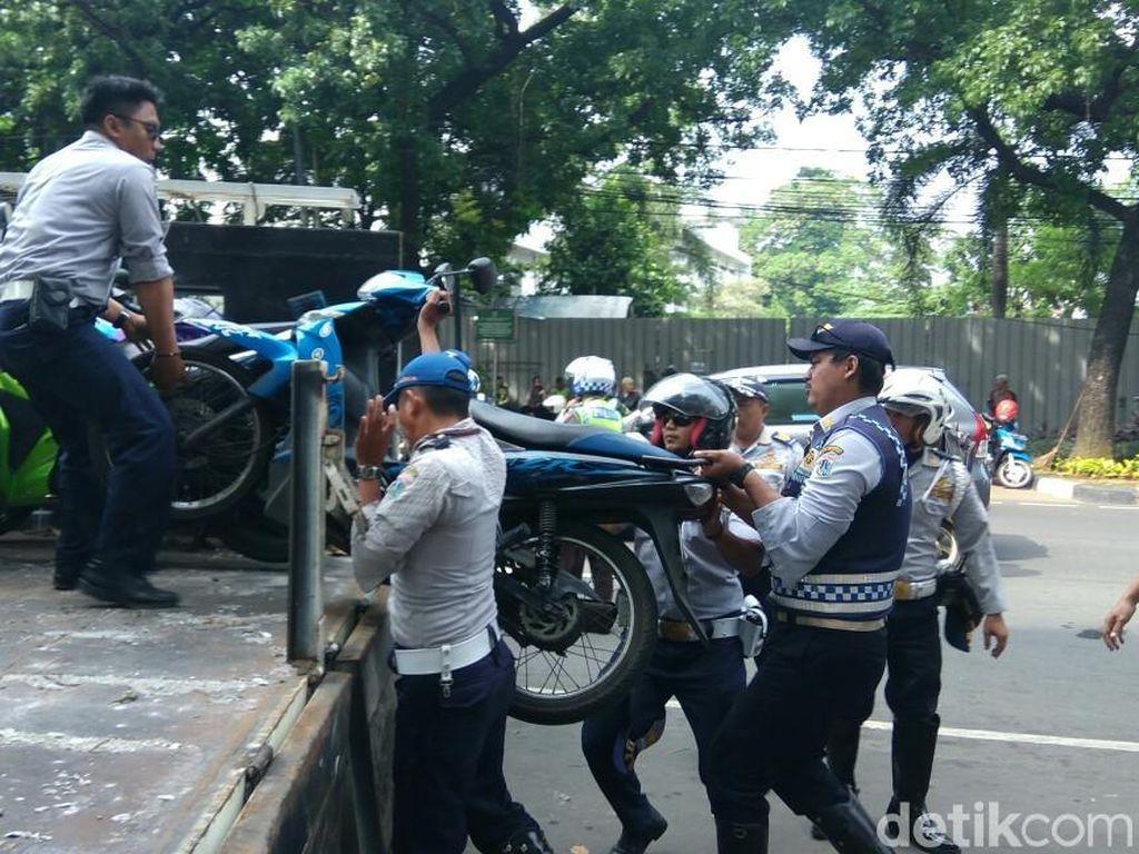 Motor Liar yang Parkir di Depan DPRD DKI Akhirnya Diangkut Dishub