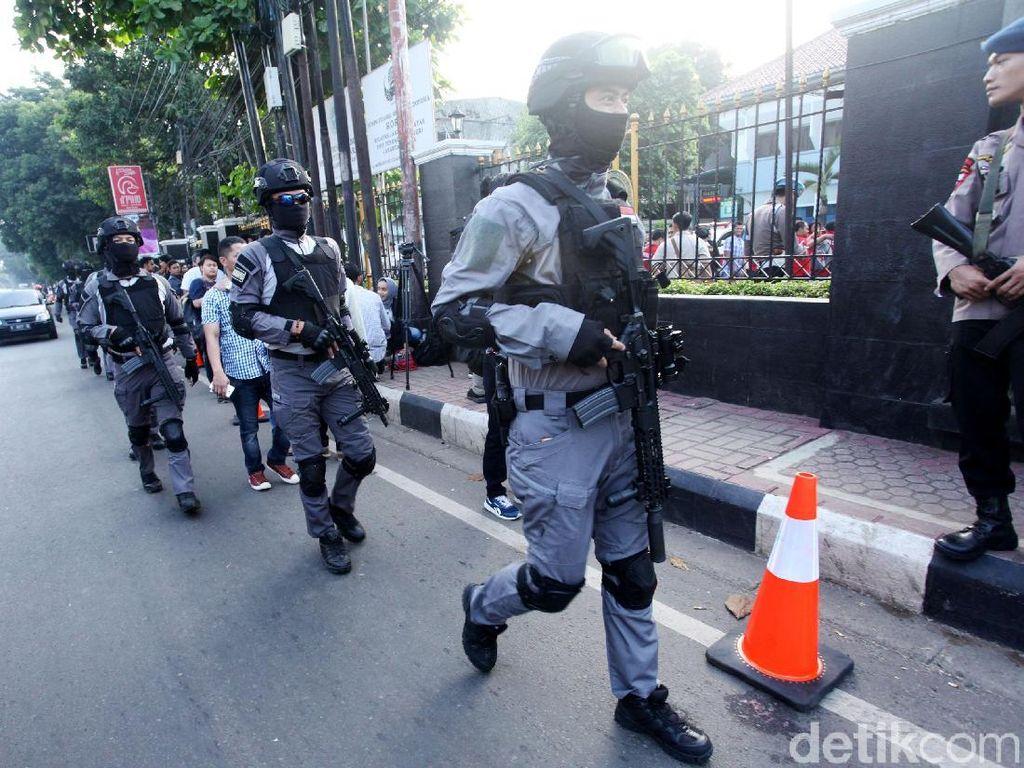 Foto: Polisi Bersenjata Jaga Sidang Vonis Aman