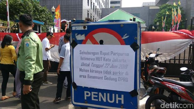 Peringatan untuk tak parkir di basement gedung DPRD DKI Jakarta