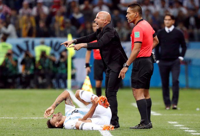 Pelatih Argentina Jorge Sampaoli saat timnya dilumat Kroasia (Foto: Murad Sezer/Reuters)