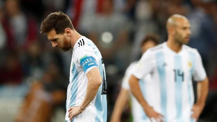 Argentina kalah 0-3 dari Kroasia di Nizhny Novgorod Stadium, Jumat (22/6/2018) dalam laga kedua Grup D Piala Dunia 2018, yang membuat kans Albiceleste ke 16 besar menipis. Messi terlihat tertunduk lesu usai pertandingan. (Foto: Matthew Childs/Reuters)