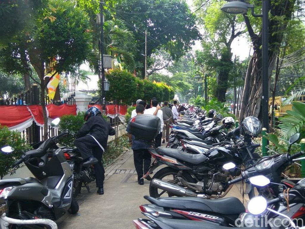 Trotoar di Depan Gedung DPRD DKI Mendadak Jadi Parkiran Motor