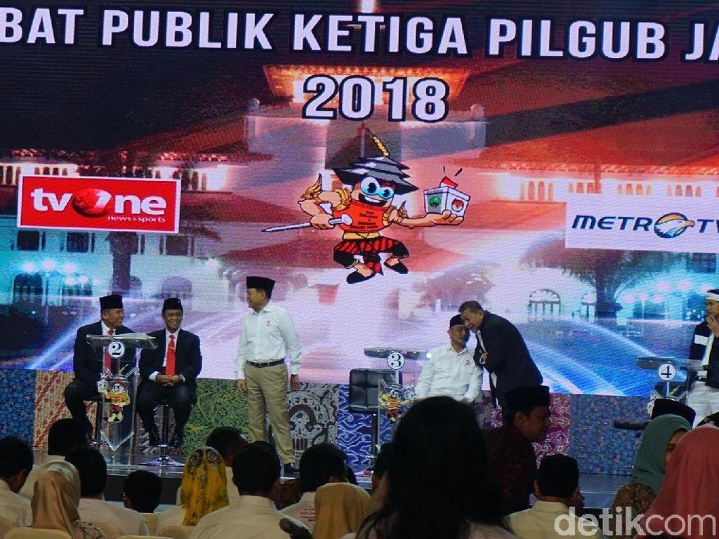 Momen Keakraban 4 Paslon di Panggung Final Debat Pilgub Jabar