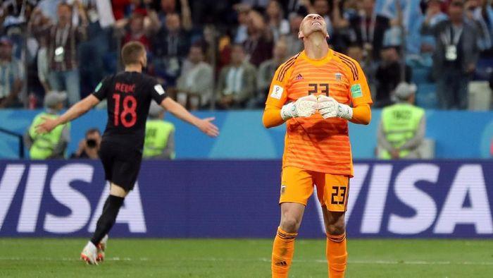 Willy Caballero membuat blunder yang berbuah gol untuk Kroasia saat Argentina kalah 0-3 di laga kedua Grup D Piala Dunia 2018 (Foto: Ivan Alvarado/Reuters)