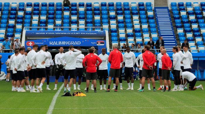 Tim Swiss berlatih jelang duel melawan Serbia. (Foto: Gonzalo Fuentes/Reuters)