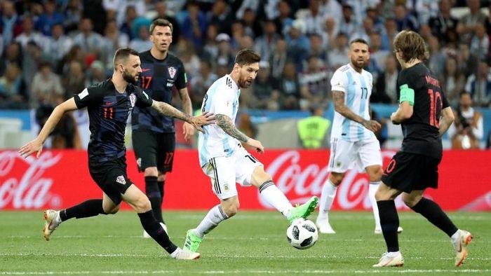 Para pemain Kroasia dalam usahanya meredam bintang Argentina Lionel Messi  (Foto: Lucy Nicholson/Reuters)