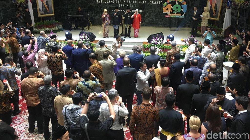 Malam HUT DKI Ke-491, Anies-Sandi Bersulang Bir Pletok