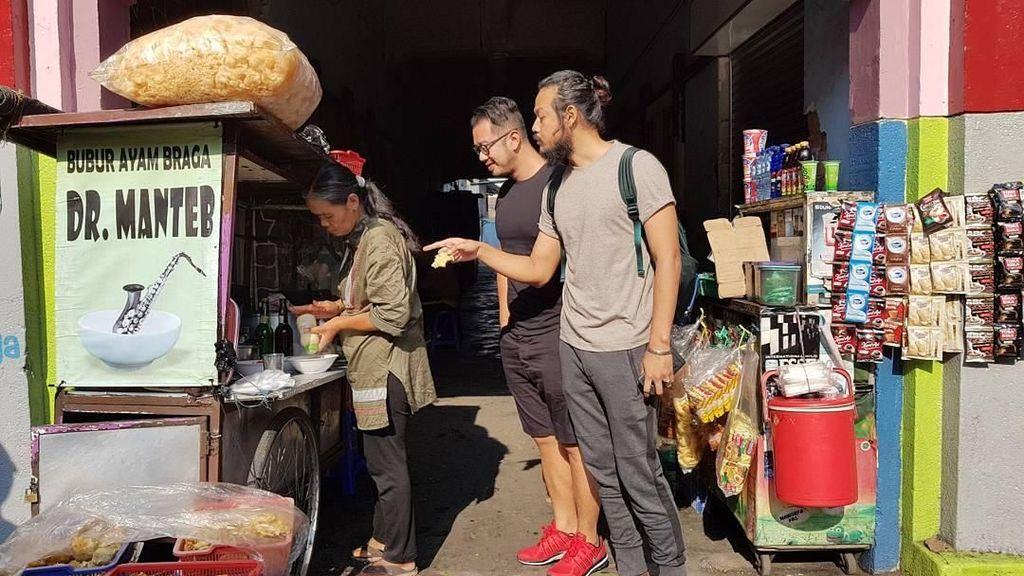 Serunya Dwi Sasono Bersama Keluarga Saat Makan Kelapa Muda Hingga Bubur Ayam