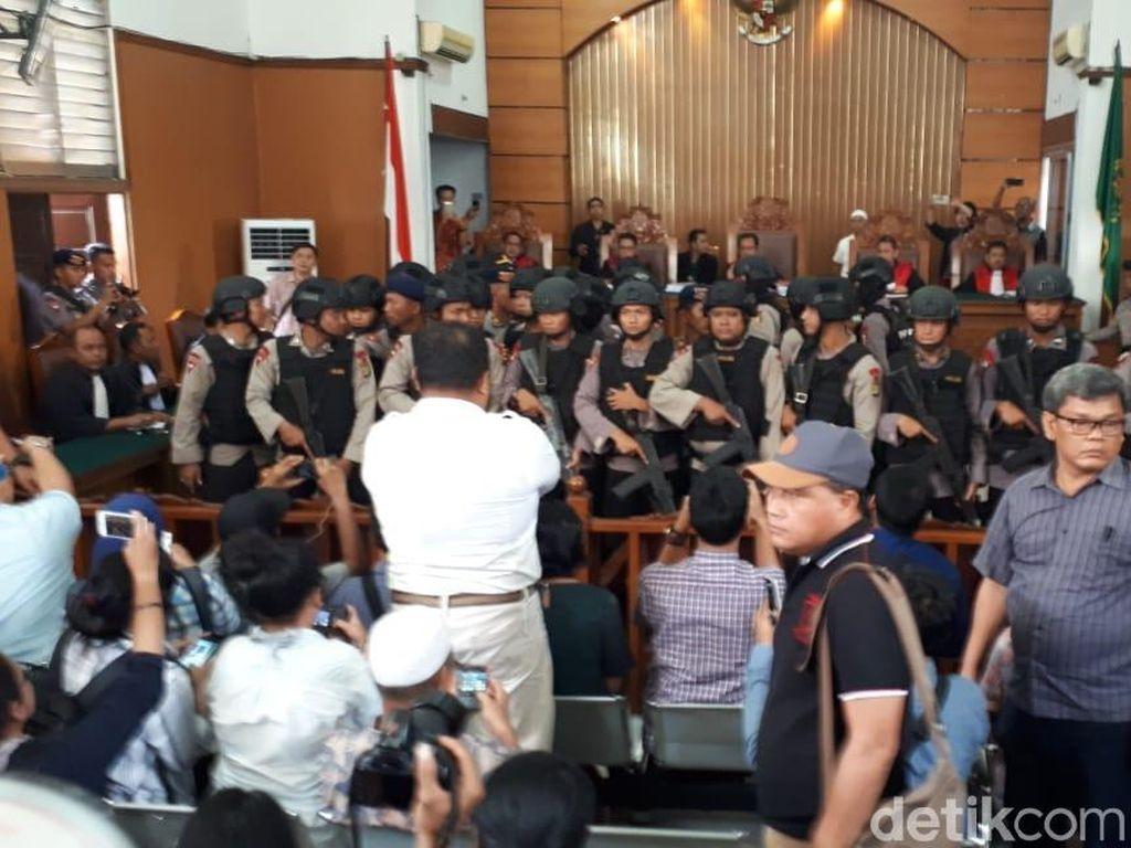 Belasan Polisi Bersenjata Pagari Aman Abdurrahman yang Divonis Mati