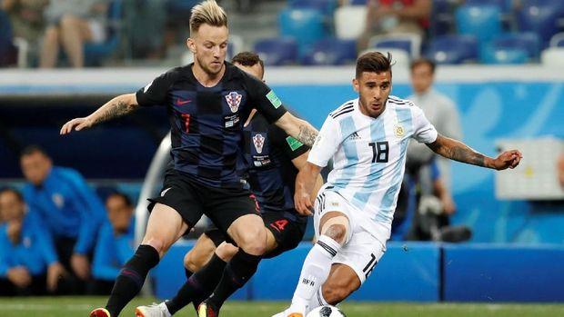Eduardo Salvio dimainkan sebagai full-back di depan tiga bek Argentina. (