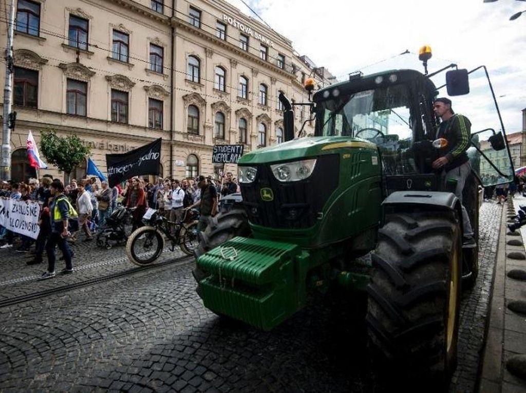 Naik Traktor, Petani Slovakia Gelar Demo Anti-Pemerintah