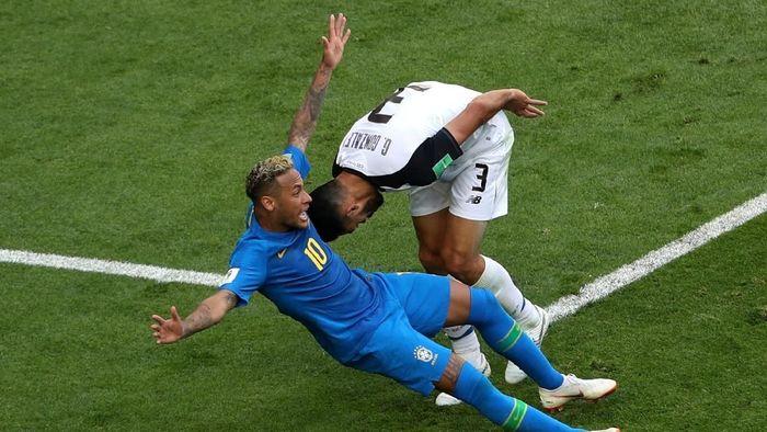 Ada bar di Brasil yang menawarkan segelas bir gratis tiap kali Neymar jatuh saat Brasil menghadapi Serbia di tengah pekan (Foto: Lee Smith/REUTERS)