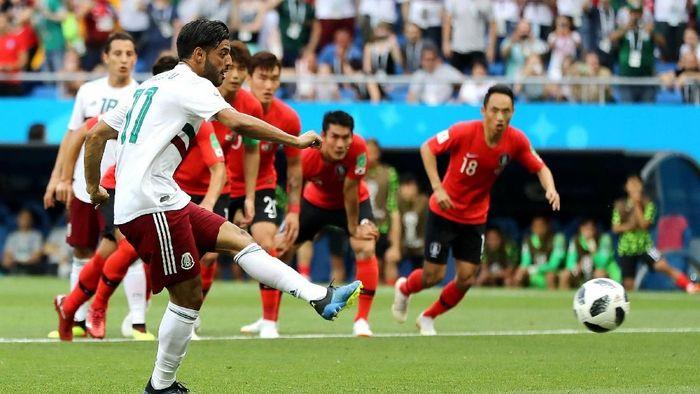 Carlos Vela membawa Meksiko unggul 1-0 atas Korea Selatan lewat penalti di menit ke-26. (Foto: Elsa/Getty Images)