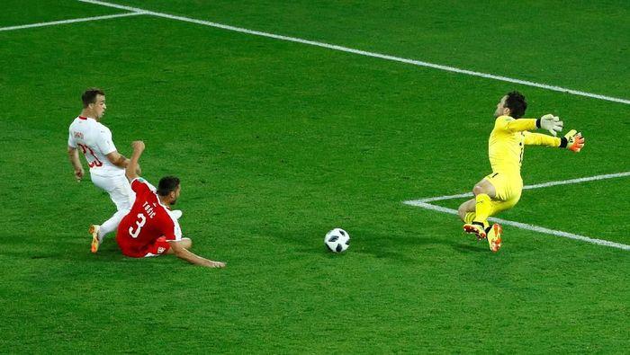 Shaqiri menjebol gawang Serbia di menit-menit akhir pertandingan Grup E Piala Dunia 2018. (Foto: Fabrizio Bensch/Reuters)