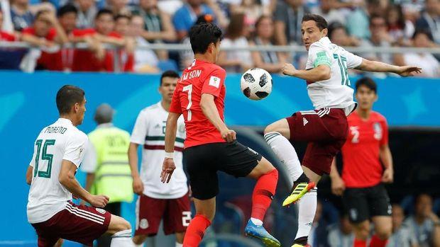 Pertahanan timnas Korea Selatan langsung dibikin kerepotan menghadapi permainan apik Meksiko. (
