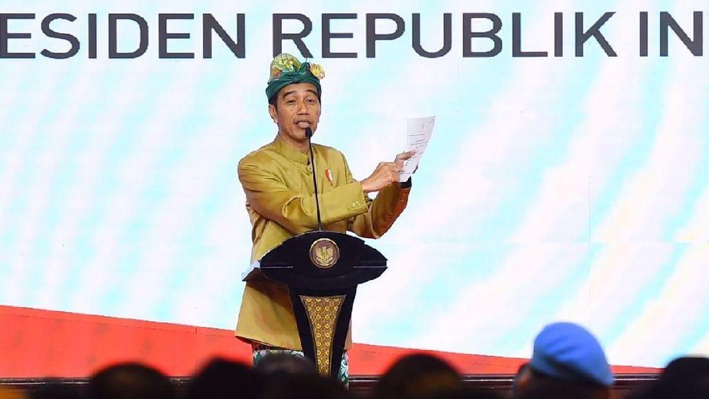 Foto: Gaya Jokowi Berbusana Adat Bali yang Curi Perhatian