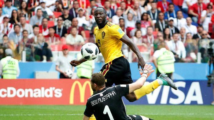 Romelu Lukaku mencetak gol keduanya ke gawang Tunisia, dalam keunggulan 3-1 untuk Belgia di babak pertama (Foto: Grigory Dukor/Reuters)
