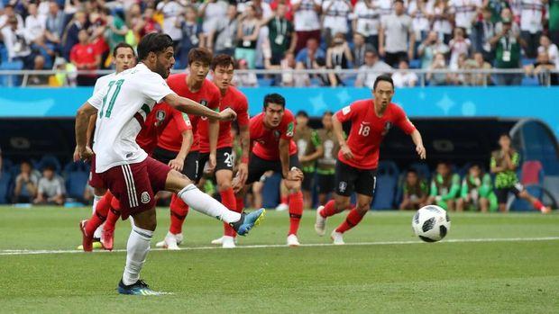 Carlos Vela sukses menceploskan bola ke gawang Korea Selatan melalui tendangan penalti. (