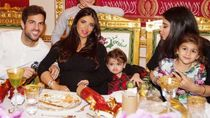 Menikah Bulan Lalu, Begini Kemesraan Cesc Fabregas dan Keluarga saat Makan Bareng