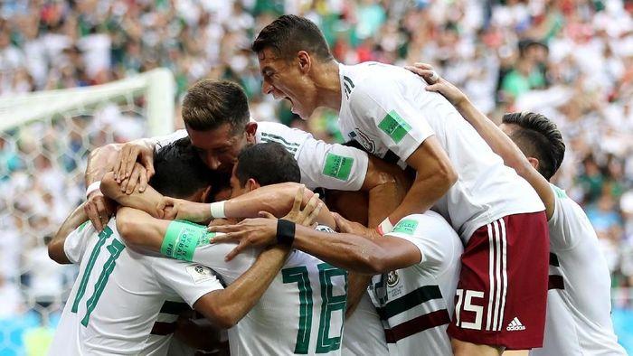 Pemain Meksiko merayakan gol yang dicetak Carlos Vela ke gawang Korea Selatan di babak pertama. Meksiko menang 2-1 di laga itu. (Foto: Clive Brunskill/Getty Images)