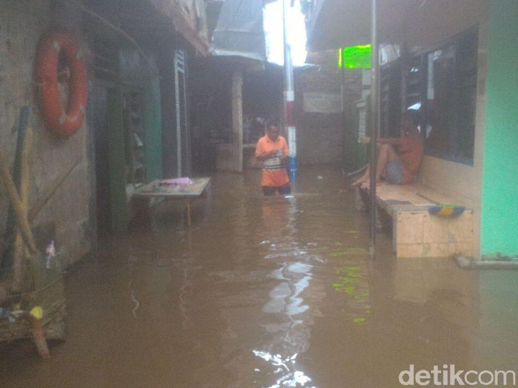 Penampakan Banjir yang Sempat Rendam Kampung Melayu Saat Subuh