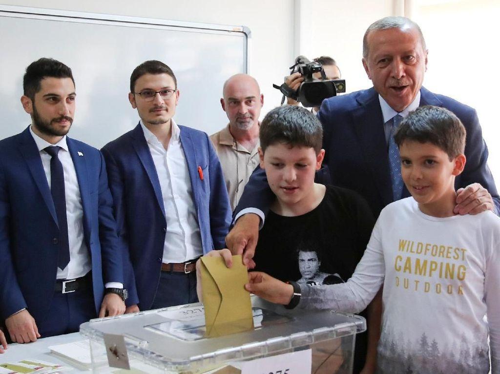 Potret Erdogan Ditemani Cucu Saat Memilih di Pemilu Turki