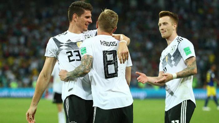 Pemain Jerman merayakan gol kemenangan 2-1 atas Swedia yang dicetak Toni Kroos. (Foto: Michael Dalder/REUTERS)