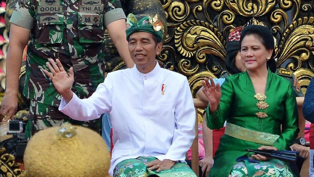 Gaya Jokowi Berpakaian Adat di Pesta Kesenian Bali