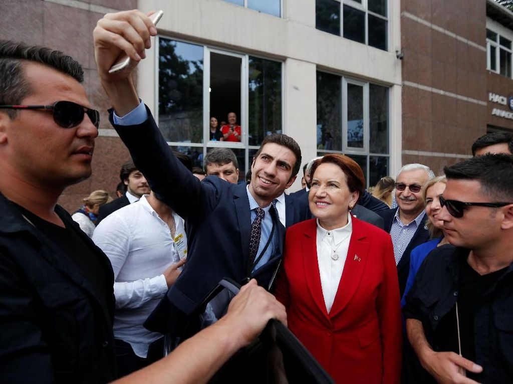 Foto: Capres Serigala Betina Diajak Selfie di TPS Pemilu Turki