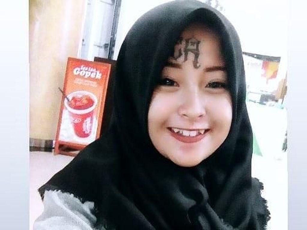 Foto: Gaya Hijab Mantan Anak Punk yang Punya Tato di Wajah
