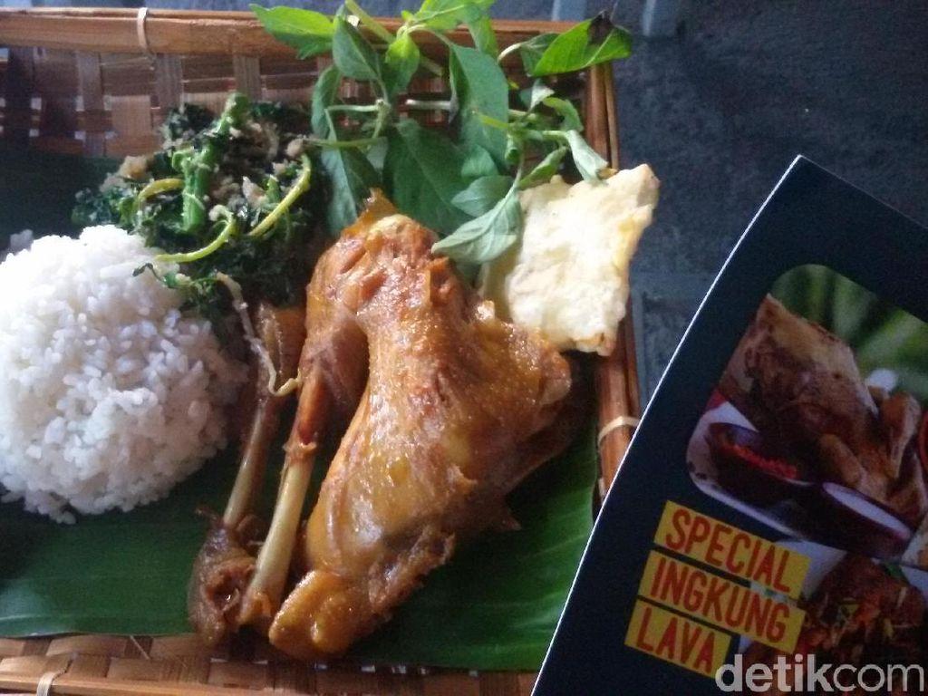 Nikmatnya Ayam Ingkung Lava yang Pedas Gurih di Lereng Merapi