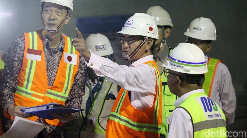 Masuk Terowongan Bawah Tanah, Menlu Jepang Cek MRT Jakarta