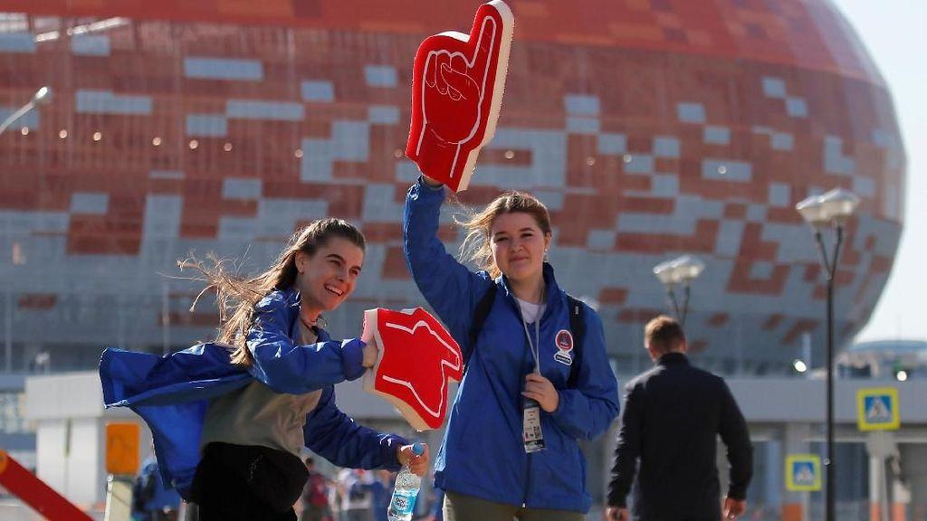 Relawan Cantik, Ramah, dan Ringan Tangan di Piala Dunia