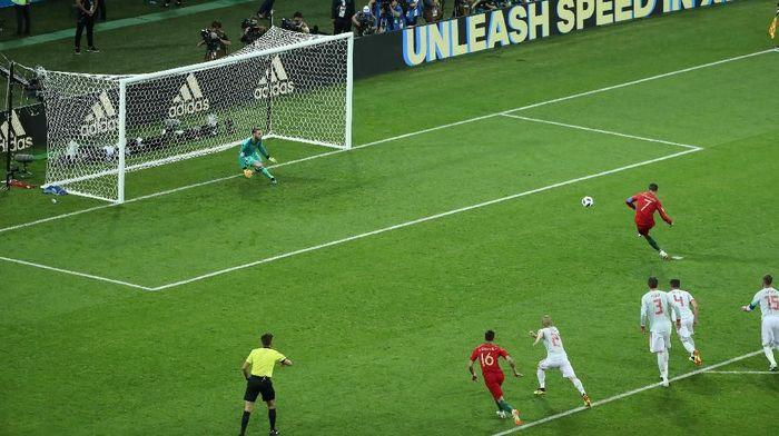Cristiano Ronaldo (Portugal) mencetak penalti pertama Piala Dunia 2018. Eksekusinya sukses dalam laga Portugal vs Spanyol. (Foto: Lucy Nicholson/Reuters)