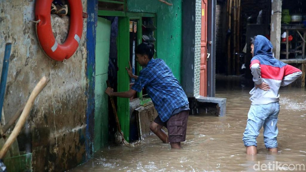 Ratusan Rumah Terendam Banjir di Kampung Melayu