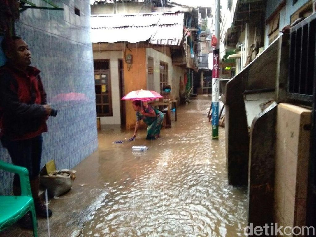 Banjir di Kampung Melayu Mulai Surut