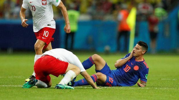 James Rodriguez kerap dilanggar pemain Polandia.